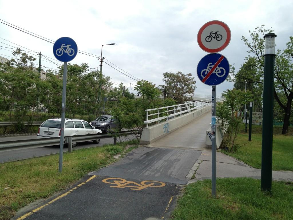 Kerkékpárral behajtani tilos. Kerékpárút.